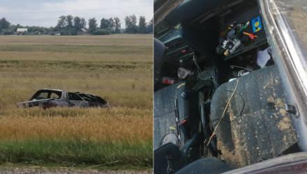 В Добрушском районе автомобиль съехал с дороги в поле и перевернулся