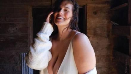 Эшли Грэм устроила танцы в ванной, впервые показав, как её тело изменилось после родов
