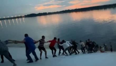 Люди выстроились в живую цепь, чтобы спасти тонущую женщину – видеофакт