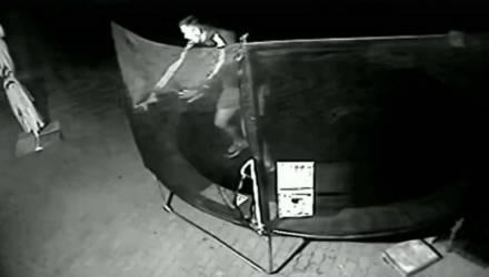 В Речице ночью злодеи взломали детский батут. Чтобы попрыгать