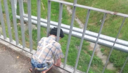 В Калинковичах мальчик застрял в ограждении моста: на помощь пришли спасатели (видео)