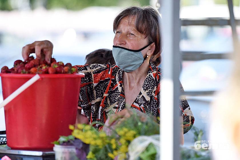 Клубника по рублю, черешня за шесть: сколько стоят сезонные ягоды на гомельском рынке?