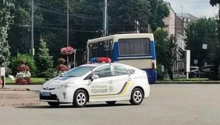 В украинском Луцке злоумышленник со взрывчаткой и оружием захватил заложников в автобусе