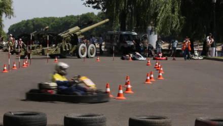 Выставка военной техники и картодром на набережной реки Сож
