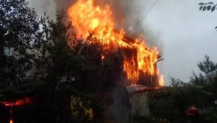 Под Гомелем произошёл крупный пожар: сгорели дачный дом и гараж с авто внутри.