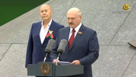 Во время речи Лукашенко ближе всех к нему стоял Солодуха. Как он там оказался