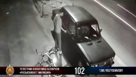 """В Гомеле велосипедист коварно похитил почти 200 рублей из """"Жигулей"""" и попал на видео. Теперь его будет знать весь город"""