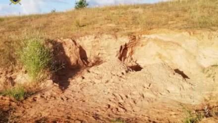 В Ошмянском районе двух мальчиков засыпало в котловане песком – они погибли