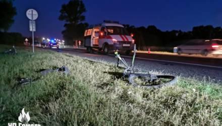 На выезде из Гомеля два автомобиля сбили парня и девушку на велосипедах. Первый в реанимации, вторая погибла
