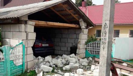 ДТП по-белорусски: тракторист въехал в гараж и повредил стоящую там машину
