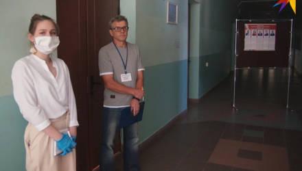 «Уборщица принесла стулья, чтобы мы сели, а председатель комиссии их забрала»: в Гомеле на участках не хватает мест наблюдателям
