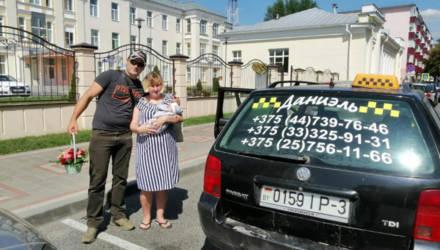 Мальчик, родившийся в такси в Добруше, на этой же машине приехал домой