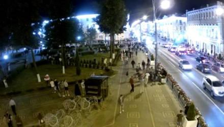 В Сети появляются видео нападений во время акций протестов на сотрудников милиции в Гомеле и области