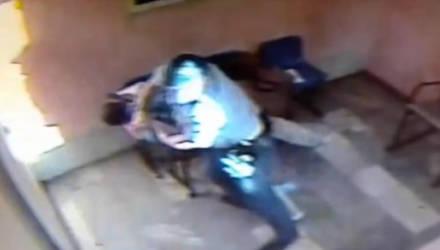 Пьяный гомельчанин ударил милиционера в лицо и мгновенно оказался в неудобном положении – видео