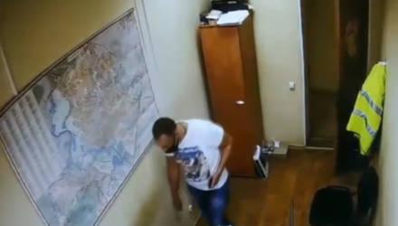 Внимание, розыск! В Гомеле парень зашёл в кабинет на предприятии и наглым образом похитил кошелёк с деньгами, карточками и проездным