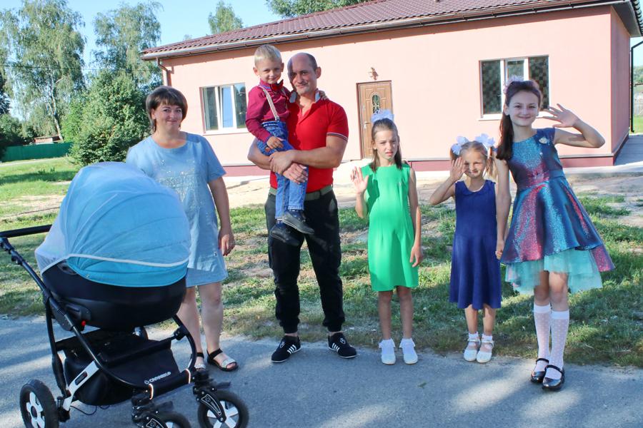 В Рогачёвском районе многодетная семья въехала в новый дом