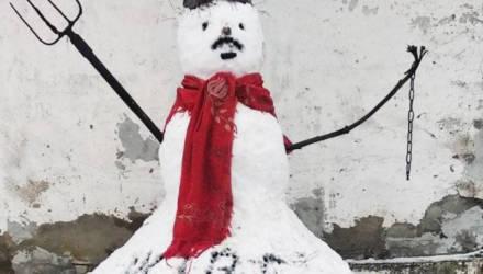 Мужчина слепил во дворе своего дома снеговика с надписью «Жыве Беларусь» — и получил протокол по 23.34