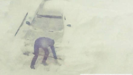 За этим авто следил весь облцентр. Как водитель откапывал свою Mazda, которая почти скрылась под снегом