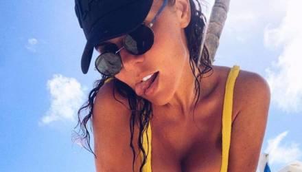 Седокова уместила пышную грудь в крошечный купальник, и от увиденного её муж лишился дара речи