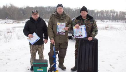 В соревнованиях по лову рыбы со льда в Гомеле разыграли ценные призы: ледобур, рыболовный ящик и сани