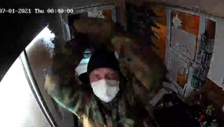 Разбил камеру, похитил кассовый аппарат и сигареты. В Гомеле задержан подозреваемый в краже из торгового киоска