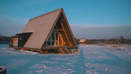 Построили без строителей. Необычный дом-шалаш на берегу Днепра для молодой семьи