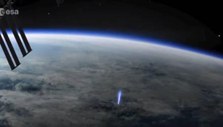 Редкое явление во Вселенной. В космосе увидели фонтан синего света, поднимающийся с Земли — видео