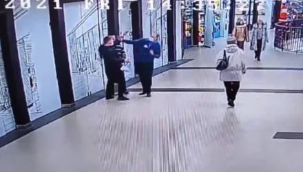 Посетитель и охранник ТЦ в Гомеле подрались из-за продавщицы – видео