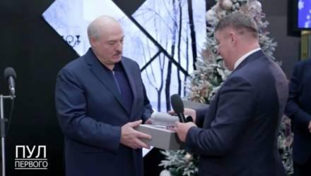 Лукашенко подарили «маленький лазерный телевизор». Что это за девайс (и на что он похож)