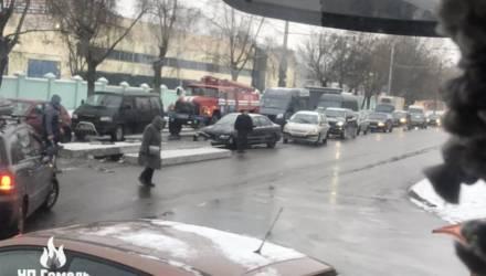 В Гомеле с большегруза во время движения упали бетонные плиты и повредили ехавшую следом машину