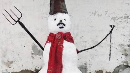 «Умышленно провел одиночный пикет». Как в Гомеле мужчину судили за «политического» снеговика у сарая