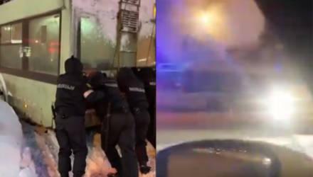 В Гомеле милиционеры вытолкали из снега троллейбус, другой загорелся