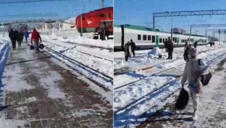 «Опаздывают в аэропорт». «Штадлер» из Гомеля в пути стал на три часа, людей пересадили в другой поезд