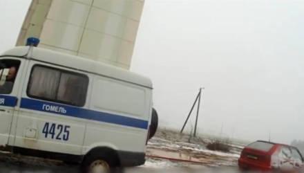 """Милиционеры вытащили автомобиль гомельчанина из городского """"болота"""""""