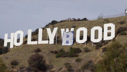 В Лос-Анджелесе заменили надпись Hollywood на Hollyboob — это акция против цензуры обнажённой женской груди в инстаграме