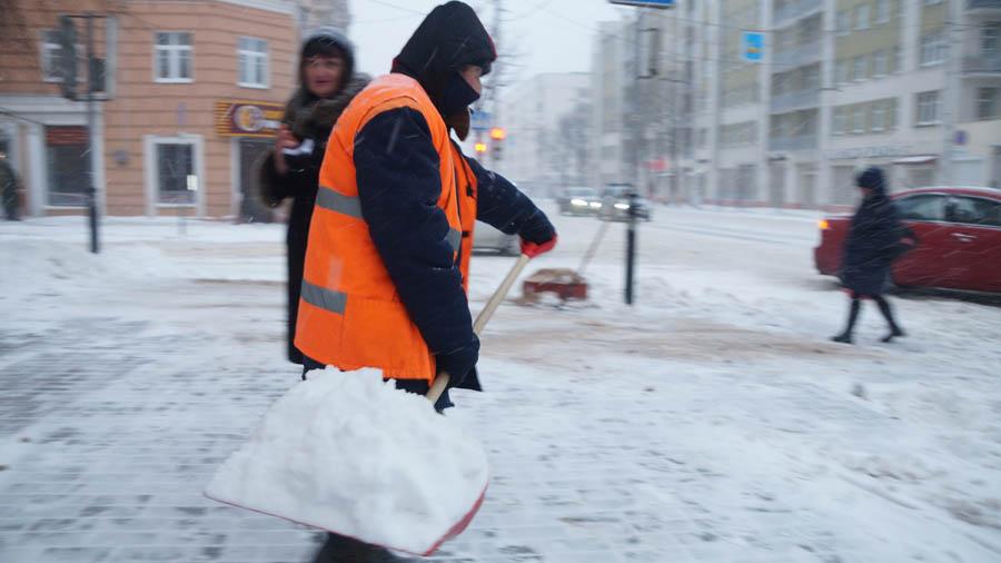 """""""Если вам что-то хочется узнать, спрашивайте на ходу"""". Как в Гомеле борются со снегом и что об этом думают работники коммунальных служб"""