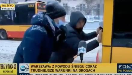 В Варшаве белорус помог вытолкать на скользкой дороге автобус и восхитил Сеть