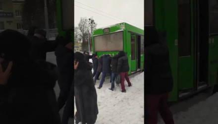 Буксующие автобусы, люди с лопатами и сотни опоздавших на работу. Как Гомель переживает снежный коллапс
