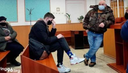 В Жлобине 17-летнего отправили на два года в колонию за брошенный в автозак камень — тот говорит, что не бросал