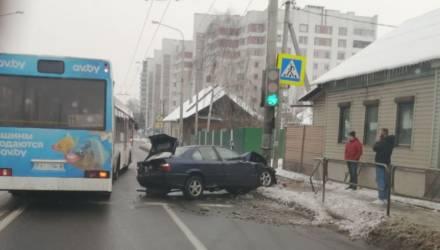 В Гомеле BMW врезался в столб. Пользователи поспешили осудить водителя и оказались неправы