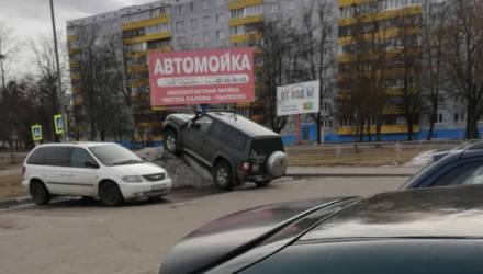В Бобруйске водитель внедорожника нашел оригинальный способ парковки. Фотофакт