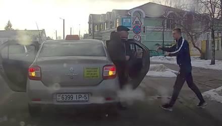 Не выдержал? В Гомеле таксист высадил пассажиров посреди дороги, могло и до драки дойти