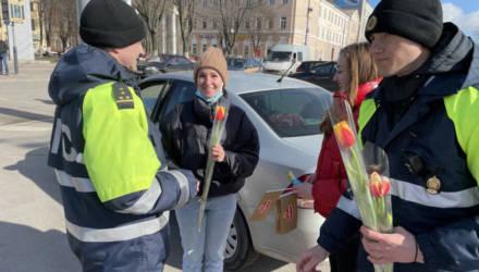 В Гомеле инспекторы ГАИ высматривали девушек за рулём, останавливали и дарили цветы