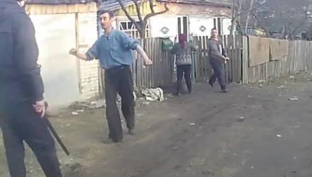 В Мозыре на милиционеров бросались с ножом и лопатой для уборки снега