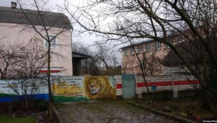 В Гомеле прокуратура сказала милиции не наказывать пенсионера МВД за бело-красно-белый забор