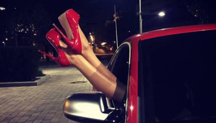 «В моё отсутствие девушка каталась на машине с другими мужчинами и выпивала с ними». Отвечает психолог