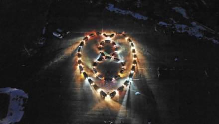 """""""Всем девчонкам посвящается!"""" В Гомеле водители поздравили женщин с 8 Марта, выстроив огромное сердце из 43 авто"""