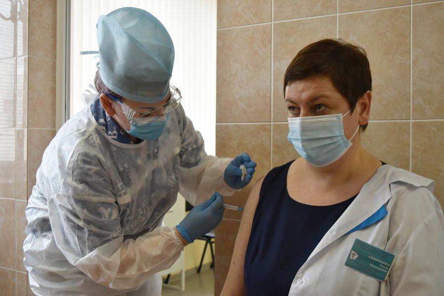 «Привилась и чувствую себя отлично»: в Гомеле впервые использовали китайскую вакцину Vero Cell от COVID-19