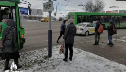 В Гомеле водитель такси решил подрезать целый автобус, но уже через пару секунд понял, что затея – так себе