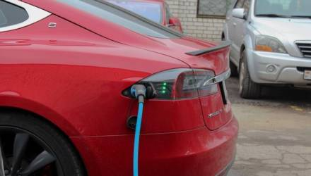 Инвалиды и неработающие: в налоговой рассказали, кто покупает Tesla в Беларуси